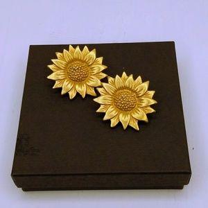 Daisy post earrings. Goldtone.